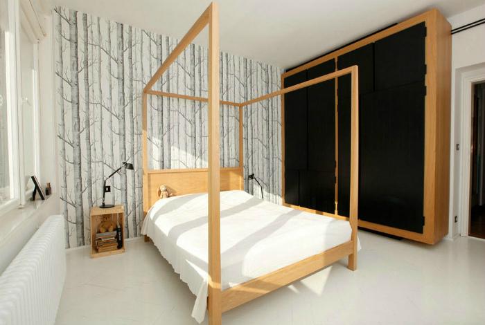 Светлая спальня с фотообоями на одной из стен.