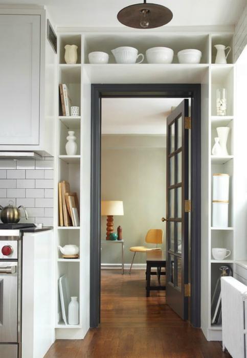 Множество полок вокруг дверного проема для важных мелочей и элементов декора.