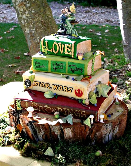 Свадебный торт в виде стопки книг.