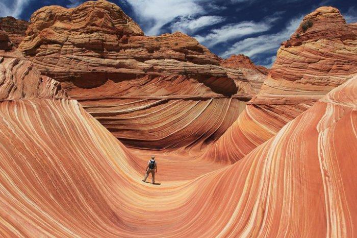 Удивительная скальная формация, напоминающая волну на границе штатов Аризона и Юта в США.
