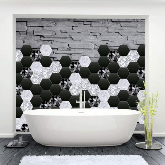 Керамическая плитка и обои на стене ванной комнаты.