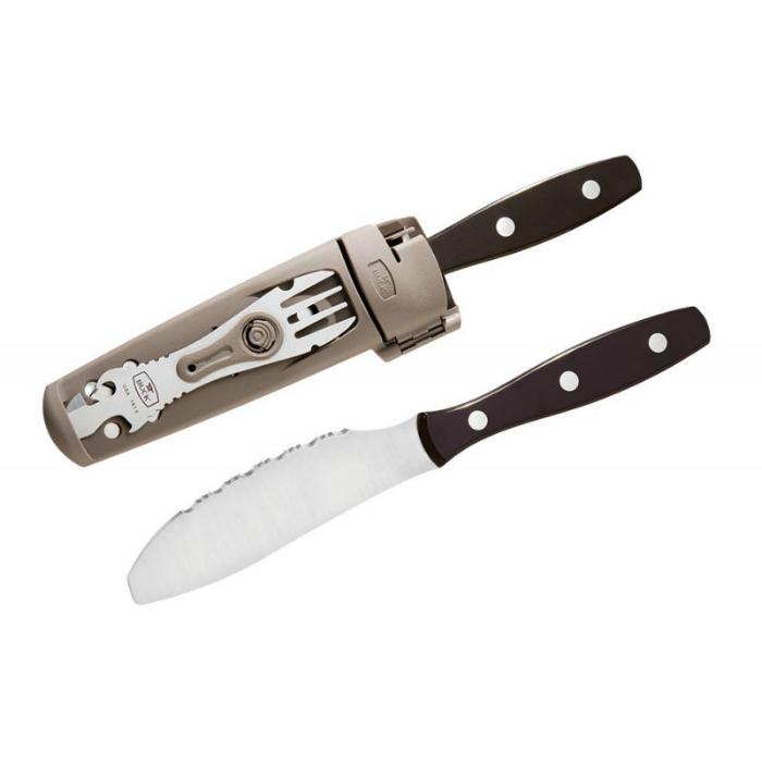 Этот замечательный аксессуар включает в себя широкий зазубренный нож и вилку, которая одновременно является: открывалкой для бутылок, консервным ножом, плоской отверткой и скребком для барбекю.