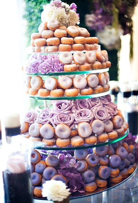 Свадебный десерт из пончиков.