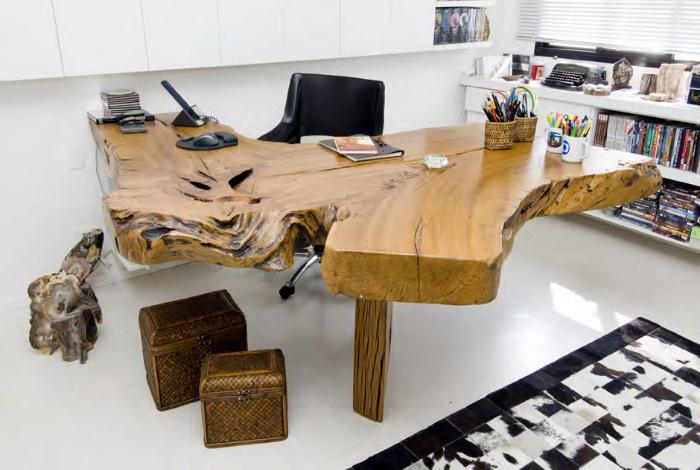 Угловой стол из натурального дерева.