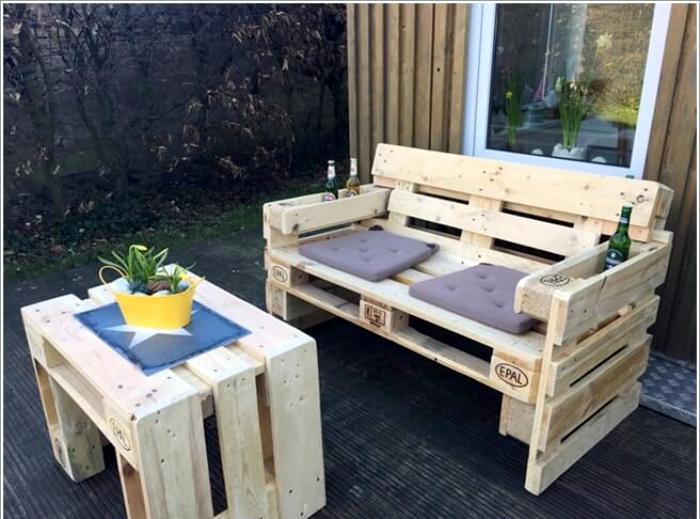 Столик и скамейка из деревянных поддонов.