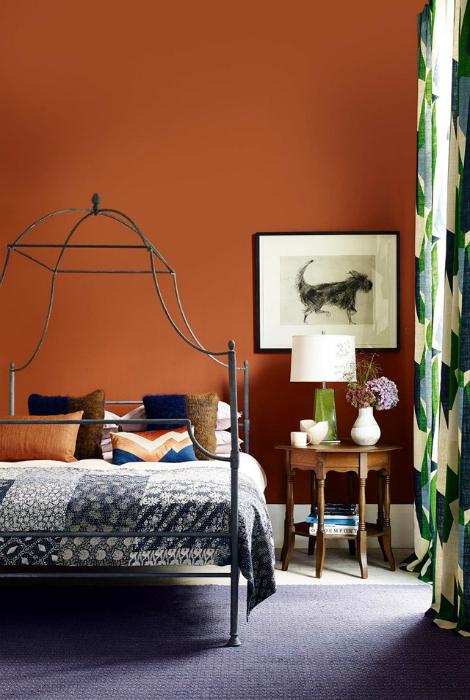 Спальня с теплыми терракотовыми стенами.