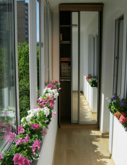 Шкаф-купе в интерьере небольшого балкона.