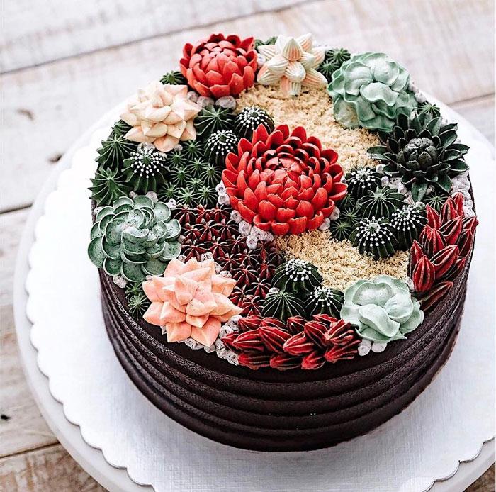 Торт, украшенный суккулентами.