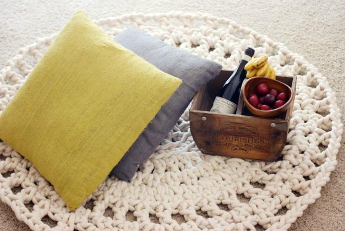 Ажурный коврик, связанный крючком.