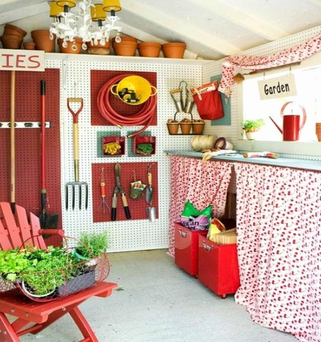Перфорированные панели в сарае. | Фото: Best Home Decorating Ideas.