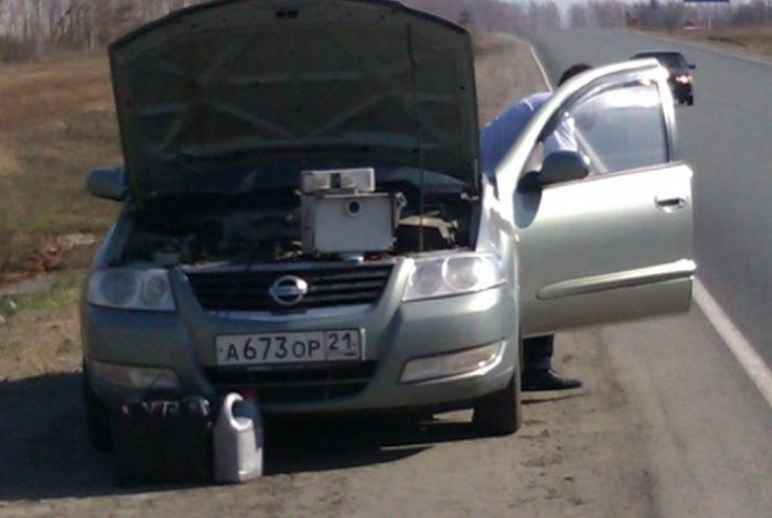 Сотрудники ДПС, которые устроили засаду в обыкновенном автомобиле, под капотом у которого, кстати, спрятан видеофиксатор.