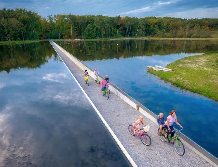 Велодорожка посреди пруда. | Фото: Pressa.tv.