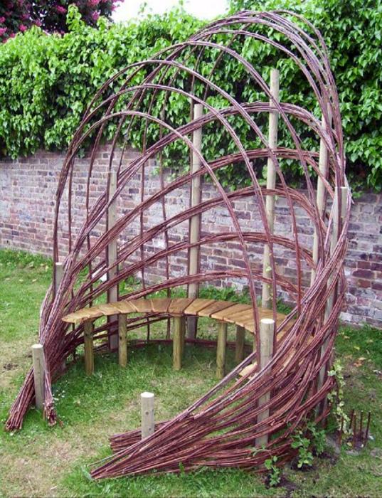 Полукруглая скамья с плетеной аркой.