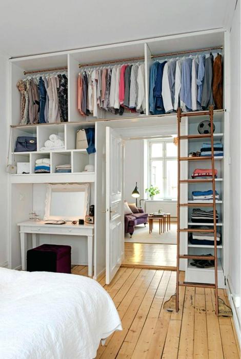 Гардеробная открытого типа у двери. | Фото: betwixt.org.