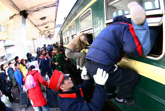 Посадка пассажиров на китайский поезд.