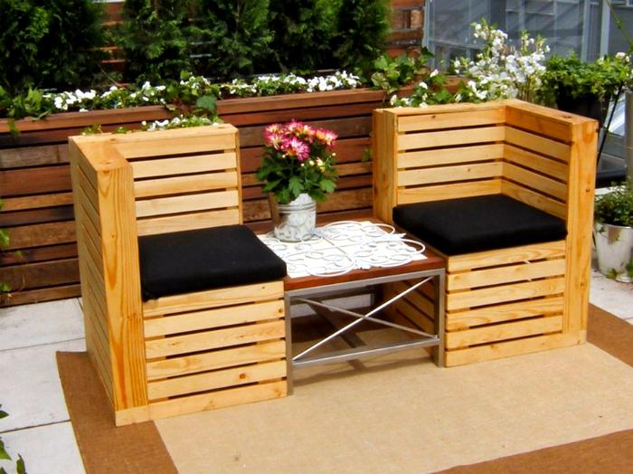 Скамейка со столиком из деревянных поддонов.