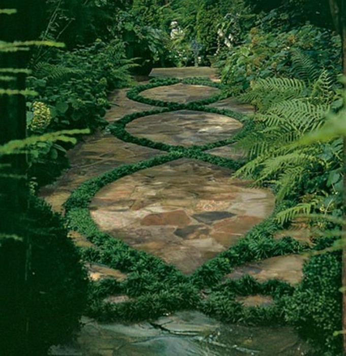 Каменная дорожка с травяным узором.