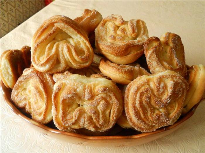 Сдобные булочки с сахаром и корицей.