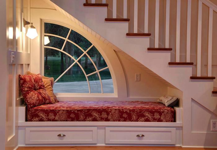 Уютное место для отдыха под лестницей.