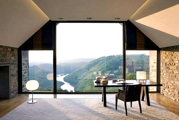Лаконичное рабочее пространство у окна.