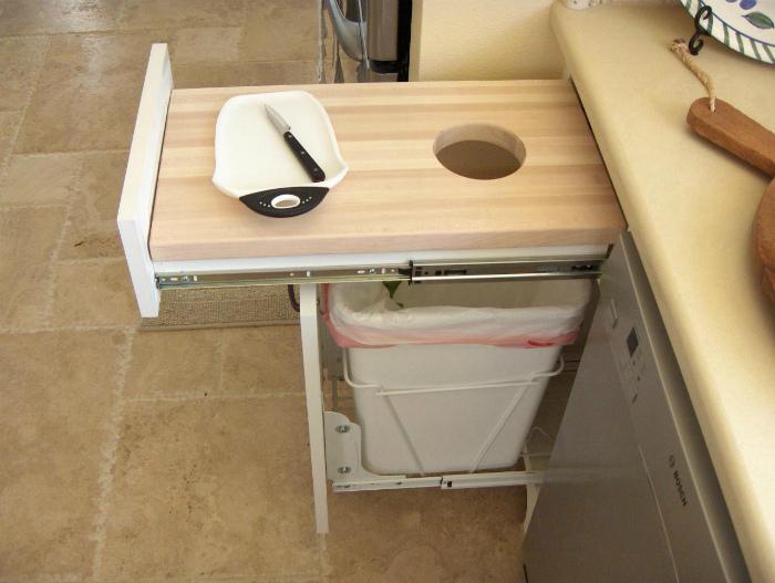 Выдвижной шкафчик для мусора. | Фото: Fishki.
