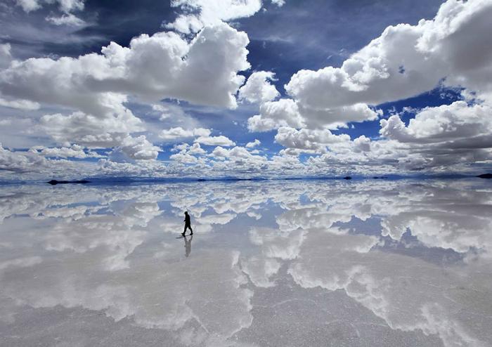 Зеркальная гладь солончака Уюни в Боливии.