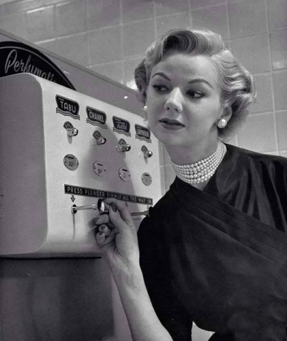 Автомат, который брызгает духами.