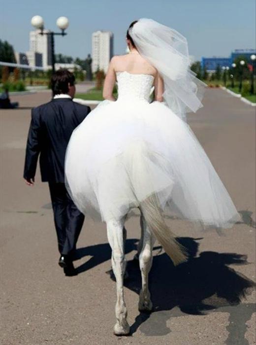 Невеста на лошади.