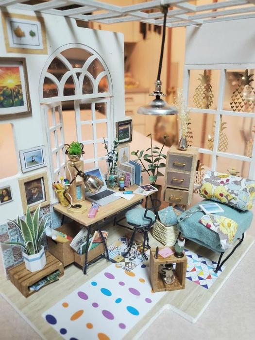 Крошечная комната с мебелью.   Фото: Pausecafein.