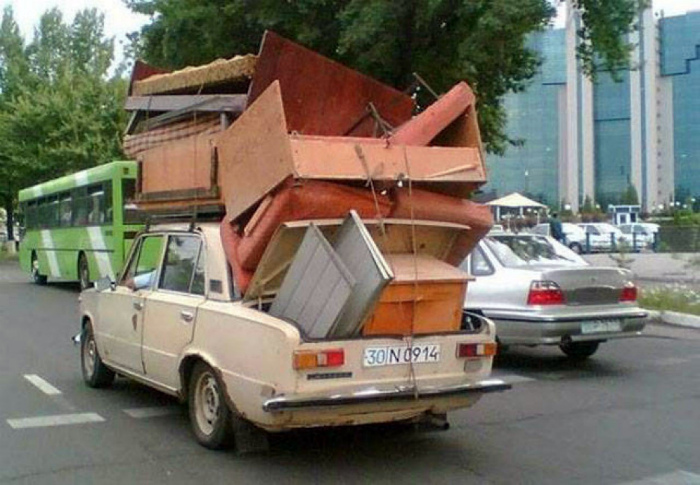 Сезонная миграция мебели на дачу. | Фото: Алтапресс.