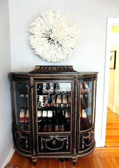 Обувь в стеклянном шкафу. | Фото: Organome.co.