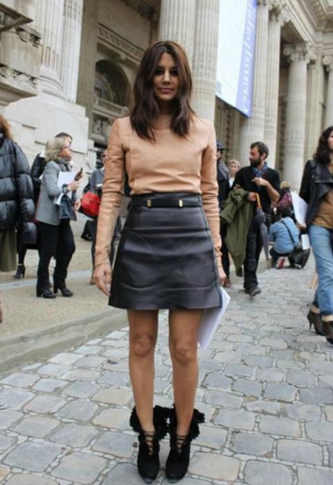 Короткая кожаная юбка-трапеция. | Фото: Что с чем носить.