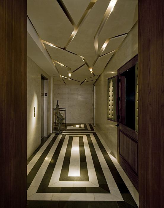 Фигурный подвесной потолок в прихожей.