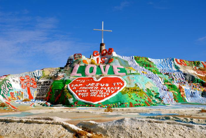 Инсталляция Леонарда Найта, созданная для того, чтобы сообщить миру что: «Бог есть любовь».