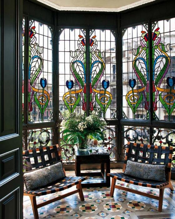 Роскошное витражное окно, которое украшает интерьер одной из квартир в Барселоне, Испания.