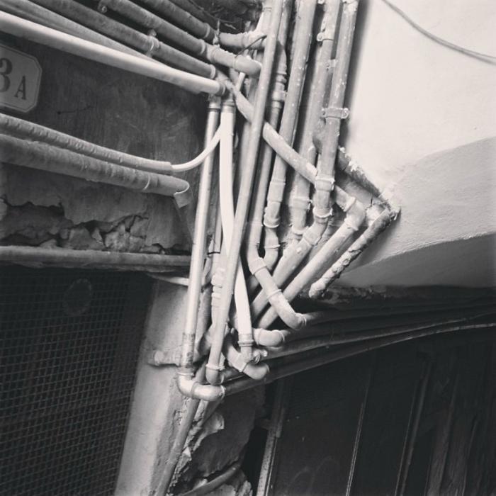Пока кто-то бороздит просторы Всемирной паутины, сантехник «плетет» свою в чьем-то подъезде.