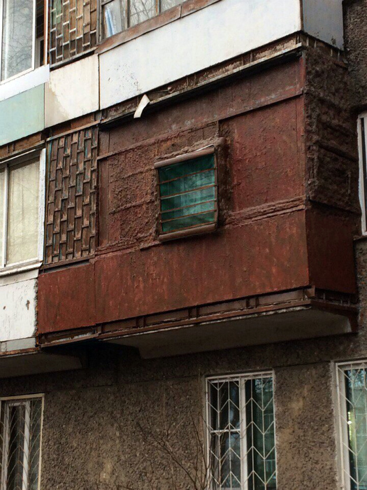 Это балкон или бомбоубежище? | Фото: gorcom36.ru.