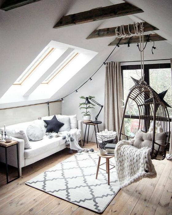 Уютная светлая гостиная на чердаке.