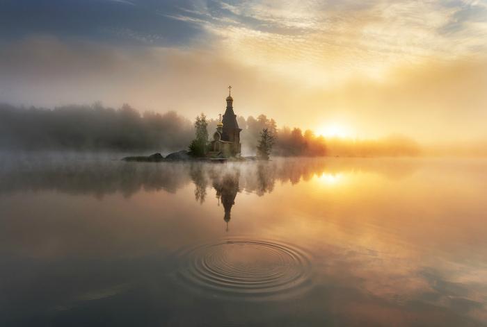Храм Андрея Первозванного в рассветном тумане.