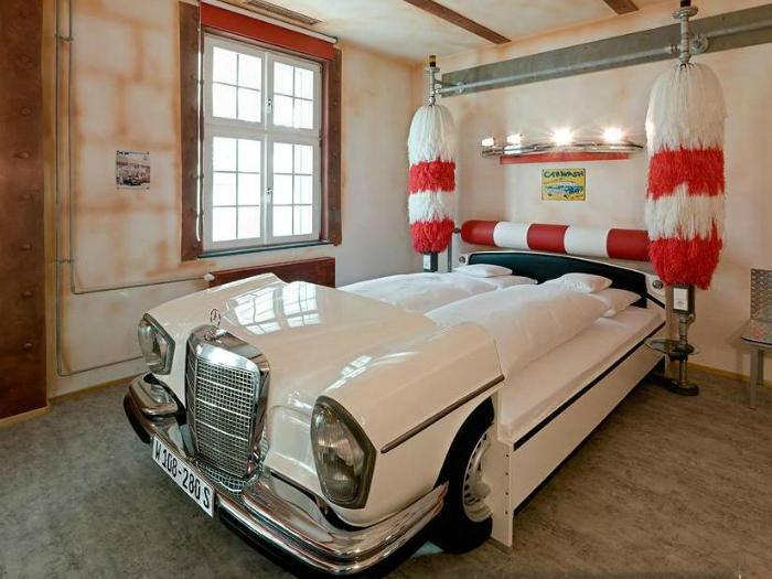Белоснежная односпальная кровать, оформленная под ретро автомобиль.