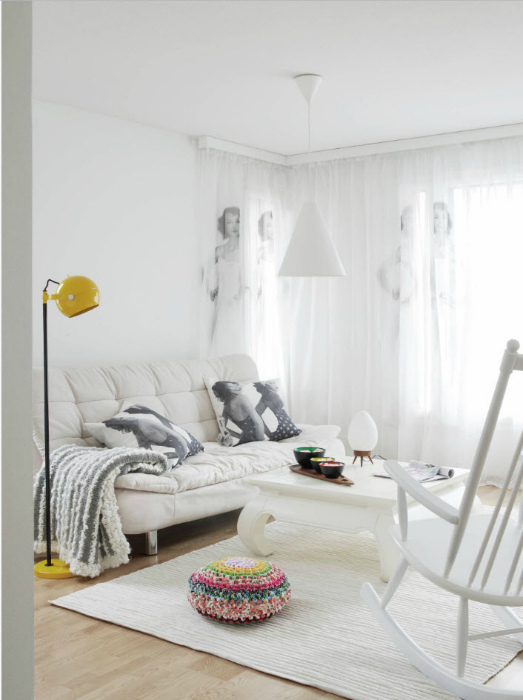 Небольшая белоснежная гостиная.