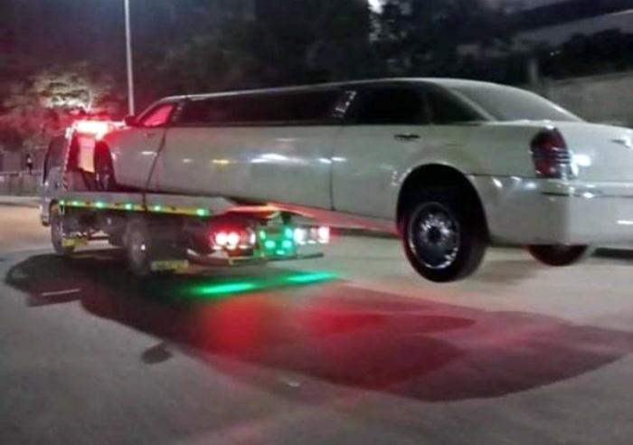 Интересный способ буксировки лимузина. | Фото: LoL Hehehe.
