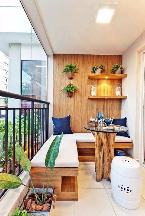 Балкон с деревянной мебелью и отделкой.