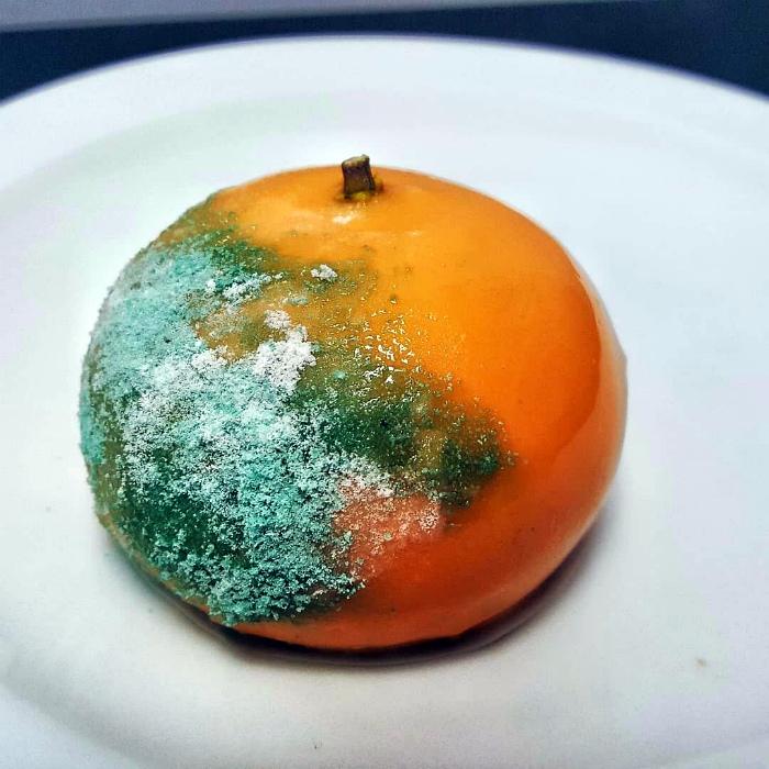 Десерт в виде заплесневевшего апельсина.