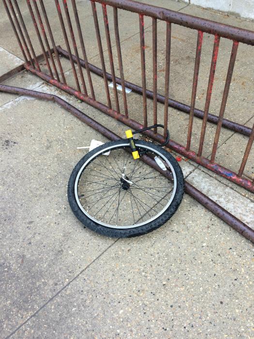 Какой чуткий вор, колесо оставил...   Фото: Reddit.