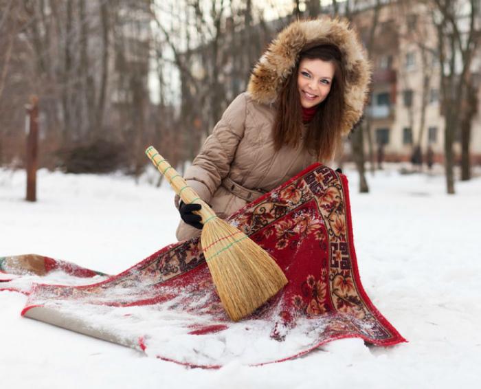 Чистить ковры снегом.