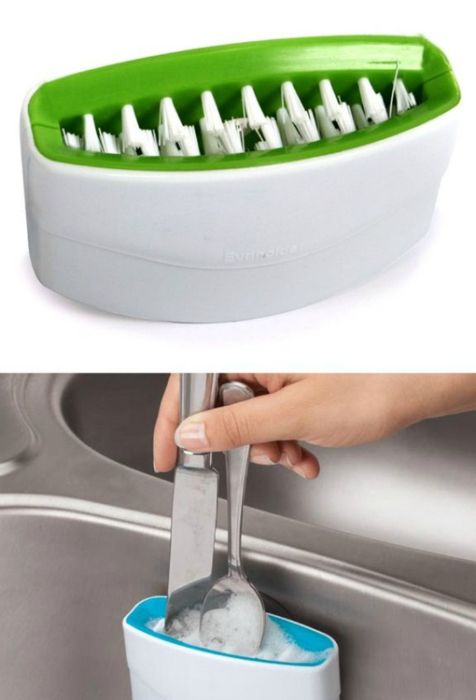 Это небольшое устройство оснащено двумя параллельными щетками, которые легко и быстро очистят любые загрязнения со столовых приборов.