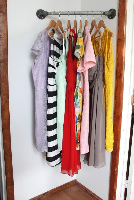 Открытая гардеробная в углу.