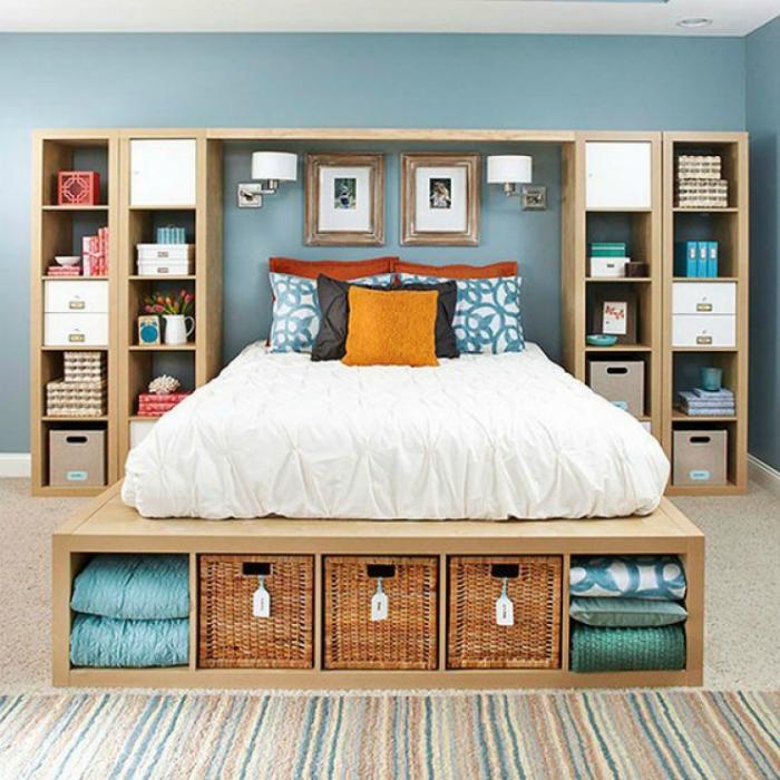 Большой стеллаж над кроватью.