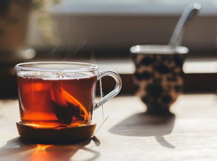 Горячий чай, кофе и алкоголь - запрещенные напитки.